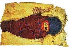 Hace más de 3000 años fue enterrada esta bebé de unos 8 meses. Tenía a su lado una especie de biberón hecho con la ubre de una oveja y al otro lado el cuerno de una vaca para llevar la leche a los labios del bebé.