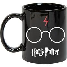 Confira no Artesanei #Artesanei #Decor #Croche #Festa #Brincos #Bijuteria #Joia #Patchwork #Ideia #Fashion #Artesanato #Quadros #Pluseira mais Pronta entrega Cute Coffee Mugs, Cute Mugs, Coffee Cups, Deco Harry Potter, Harry Potter Mugs, Love Cafe, Nerd Room, Disney Cups