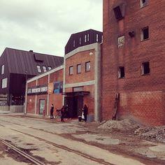 Herude på havnen kunne man opleve forestillingen #LykkesDet i uge 17. #OdenseZoo har renoveret de gamle bygninger fuldstændigt, og #DetSkråTeater var de første til at tage dem i brug. Læs mere om #LykkesDet2014 på www.thisisodense.dk/10149/lykkes-det #ByensØ #OdenseHavn #odense #mitodense #thisisodense