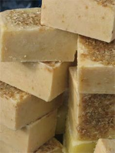 DIY recipe for all-natural oatmeal honey soap bars Homemade Beauty, Diy Beauty, Savon Soap, Oatmeal Soap, Honey Soap, Organic Soap, Diy Spa, Soap Recipes, Belleza Natural