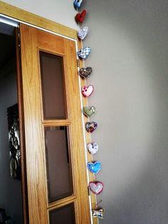Guirnalda corazones de ropa con relleno para decorar un rincón de pared.