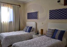 No pavimento superior, quatro suítes decoradas com temas coloridos acomodam os moradores em seus momentos de tranquilidade e descanso.
