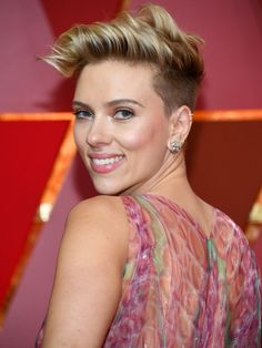 When deciding what Johansson's makeup would hold for Oscars 2017 night, Boyd says he wanted to play up her flawless skin. (If you ask us, mission very much accomplished.) Highlighter aside, Boyd skipped foundation and only applied concealer with a fluffy brush where she needed it.