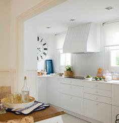 Cocina en color blanco con campana de obra