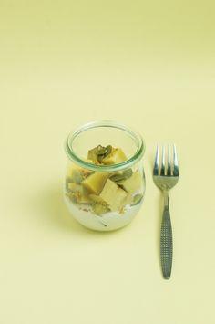  材料  2人分  蒸したさつまいも 1cup 豆乳ヨーグルト 1/2cup かぼちゃの種 大さじ1 ビーポーレン 小さじ1/2   作り方   1. さつまいもは、炊飯器やスロークッカーなどで蒸す。冷まして8mm ほどの角切りに。  2. 小さめのジャーやココット皿などに、ヨーグルトを入れ、さつまいもを乗せる。  かぼちゃの種ビーポーレンをトッピングしてできあがり。