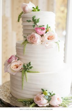 Love this classic wedding cake that is simple and elegant with gorgeous flower details.
