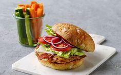 Kyllingeburger med ost God hjemmelavet burger med ost og stegt kyllingefilet. Server med grøntsagsstave.