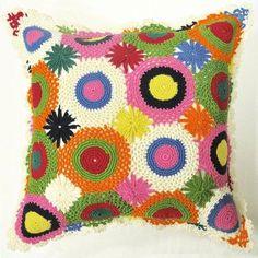 yuvarlak motifli rengarenk örgü yastık kılıfı örneği