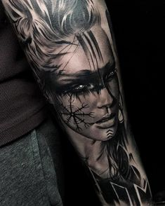 Beau tatouage par France / Paris Suivez Cynthia H . Realistic Tattoo Sleeve, Viking Tattoo Sleeve, Norse Tattoo, Sleeve Tattoos For Women, Tattoo Sleeve Designs, Tattoos For Guys, Bear Tattoos, Body Art Tattoos, Cool Tattoos