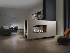 Moderne doorkijkhaard als meubelstuk. Een haard hoeft natuurlijk niet perse aan de muur vast gemaakt te worden. Deze haard is bijvoorbeeld geplaatst in een soort kast waardoor hij meer de uitstraling van een meubelstuk krijgt. Je kunt deze handige doorkijkhaard natuurlijk ook gebruiken als roomdivider. Je kunt dan aan twee kanten van het vlammenspel genieten.