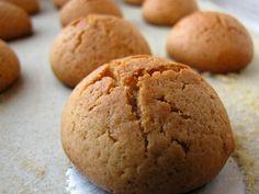 Υλικά  200 γρ. ταχίνι  200 γρ. μαρμελάδα επιλογής σας  300-400 γρ. Φαρίνα  άχνη ζάχαρη  Εκτέλεση  Σε ένα μπολ βάζουμε το ταχίνι την μαρμελάδα και τη φαρίνα. Ανακατεύουμε και πλάθουμε τα μπισκότα τα βάζουμε σε ταψί με λαδόκολλα. Ανάλογα με την πυκνότητα Greek Sweets, Greek Desserts, Greek Recipes, Vegan Desserts, Easy Desserts, Greek Cookies, Almond Cookies, Yummy Chicken Recipes, Yummy Food