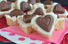White Chocolate Reese's Krispie Hearts - rice krispie treats made with white chocolate Jello pudding and topped with CandiQuik and a Reese's peanut butter heart...so cute and easy!  #reeses #candiquik #ricekrispies @brucrewlife
