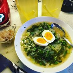 Soup for breakfast. Kale broccoli bone broth from organic chicken onions green peas a perfect boiled egg and sour kraut. This morning I have also made pineapple water kefir it is heavenly delicious. And so good for you.  #soup #bonebrothheals #bonebroth #aperfectegg #detoxdigsmuk #kale #detoxfood #detox #greens #breakfastrevolution #paleo #paleofood #paleodiet #paleobreakfast #primal #stenaldermad #stenalderkost #stenålderskost #caveman #lavkarbo #lowcarb by jennymidbjer