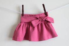 Sur le blog Simply Modern Mom, vous trouverez des explications pour réaliser une jupe pour petite fille à partir d'un t-shirt. J'ai déjà présenté des tutoriels pour recycler des t-shirts en jupe mais plus pour les femmes. Cette jupette est toute simple, montée sur... #fille #fillette #jupe