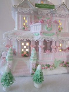 shabby chic gingerbread house - lovely.  #gingerbreadhouse