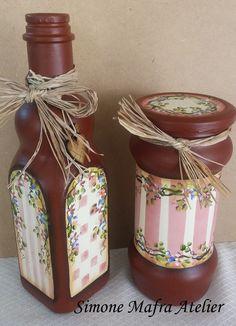 By Simone Mafra Empty Liquor Bottles, Painted Wine Bottles, Painted Jars, Bottles And Jars, Glass Jars, Wine Bottle Art, Wine Bottle Crafts, Snowman Decorations, Decoupage Box