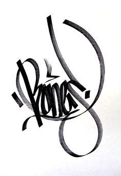 Graffiti stijl. Zoals ik het probeer te doen. Rond en hoekig combineren tot een nét leesbare tag. Aan de lijnen zie je dat het in één keer is gezet. Wauw.