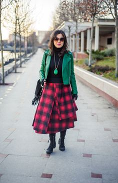 Rock this winter: green leather jacket, checkered skirt, asymetric skirt, rock outfit, black boots, red and green look