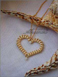 Colgante en forma de corazón hecho con Superduos y rocalla de Alessandra Caroletti