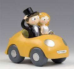 """Complementos para la boda: original figura para la tarta de bodas de la colección """"Pop & Fun"""" en la que los novios aparcen montados en un descapotable amarillo..."""