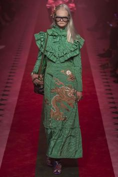 The complete Gucci Spring 2017 Ready-to-Wear fashion show now on Vogue Runway. Fashion Milan, Fashion Week, Fashion 2017, New Fashion, Runway Fashion, Trendy Fashion, Spring Fashion, High Fashion, Fashion Show