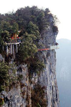 Caminando por el cielo en China. Está en el parque nacional de Tianmen en Zhangjiajie, en la provincia de Hunan, en el centro de China.Es en la misma zona donde está la montaña que inspiró 'Avatar'. La gran belleza de la zona, hace que la llegada de turistas no pare de crecer. De ahí que hayan construido este impactante mirador de 60 metros, con el suelo transparente de cristal a la poco desdeñable altura de 1.430 metros