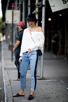 Check out all the best street style looks from outside the New York Fashion Week Spring 2018 shows. Look Street Style, New York Fashion Week Street Style, Spring Street Style, Cool Street Fashion, Casual Chic Outfits, Style Désinvolte Chic, Style Casual, Spring Fashion Trends, Fashion Tips