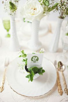 Gold, Green & White wedding place setting | FAB Mood | Inspiration Colour Palettes