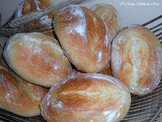 Ces petits pains portuguais présentent une mie très blanche, fondante presque briochée INGREDIENTS 600 gr de farine, 200 gr d'eau, 200 gr de lait, 1/2 cc de sel, 20 gr de beurre, 2 cas de flocons de pommes de terre instantané, 2 cc de levure boulangère....