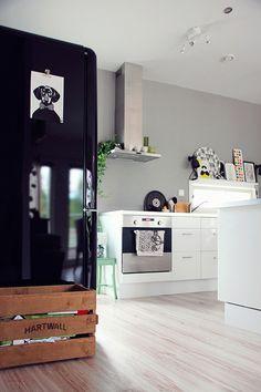 värikäs,retro,harmaa,harmaa seinä,musta jääkaappi
