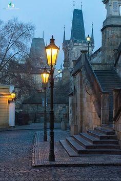 Las escaleras para subir al Puente Carlos, Praga.