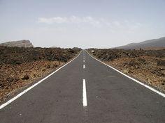 TF-21 Uma das quatro rodovias no Parque Nacional de Teide, Ilhas Canárias, Espanha.  Foi considerada a oitava mais bela estrada do mundo.  Fotografia: Nico Kalser, no Flickr.