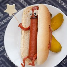 I love food art for children, it really makes them happy to eat it and watch it disappear.  What is not to like about this bright eyed hot dog?