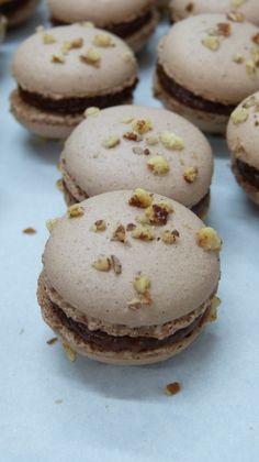 Macarons chocolat au lait, café et noix de pécan sur latassefumante.com // Milky chocolate, coffee and pecan macaroons on latassefumante.com