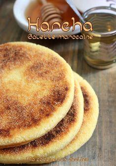 Harcha Moroccan galette with yogurt and orange blossom Tunisian Food, Algerian Recipes, Salty Foods, Ramadan Recipes, Arabic Food, Croissants, International Recipes, No Cook Meals, Finger Foods