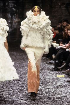 Alexander McQueen Fall 2000 Ready-to-Wear Fashion Show - Erin O'Connor