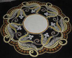 .: ENCAJE REALIZADO POR NUESTRA COMPAÑERA DEL GRUPO EN FACEBOOK Marie Madeleine Falise Bobbin Lacemaking, Point Lace, All Craft, Lace Making, String Art, Needlework, Knitting Patterns, Hello Kitty, Beads
