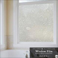 100円ショップで売られている ガラスシート という商品を知っていますか 透明なガラスに貼ると 模様の入ったすりガラスのように演出できる便利なシート です ガラスシートをインテリアに活用すると お部屋がとってもおしゃれになるんですよ 家具の窓の部分に貼っ