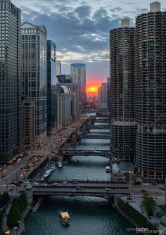 Chicago Marina City Towers and the Chicago River Chicago River, Chicago City, Chicago Skyline, Chicago Illinois, Chicago Lake, Chicago Photography, City Photography, Photography Portraits, Foto Glamour