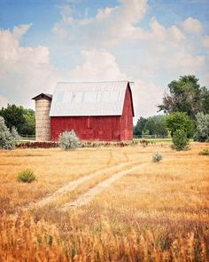 Red Barn Wall Art for your Kitchen Farmhouse Decor - This quaint little red barn on a hill makes the perfect landscape art for your country kitchen or modern farmhouse decor! Red Farmhouse, Farmhouse Wall Art, Modern Farmhouse Decor, Farmhouse Kitchen Decor, Country Kitchen, Country Living, Country Wall Art, Country Decor, Little Barn