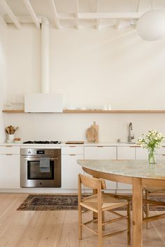 San Francisco residents reached out to Ryan Leidner Architecture when it was time to renovate and add on to their Harrison St House in the Mission District. Open Cabinets, White Cabinets, Wall Storage Systems, Classic Kitchen, Kitchen White, Minimal Kitchen, Mission District, San Francisco Houses, Courtyard House