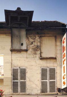 Maison du 41 rue Sadi-Carnot à Bagnolet  Adresse : 41, rue Sadi-Carnot, Bagnolet, France  Datation XIXe siècle    Cette autre bâtisse a conservé sa lucarne sous la toiture. C'est par cette ouverture que l'on montait le grain et le foin