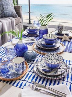 Produkt se skládá z 30-dílné sady pro 6 osob počet hlubokých talířů: 6 počet talířů: 6 počet dezertních talířů: 6 počet šálků na kávu: 6 počet misek na müsli: 6 Blue And White, House Design, Table Decorations, Furniture, Home Decor, Wave, Party, Summer, Blue Dinnerware
