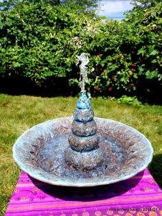 Fontana di gres porcellanato in blu e blu, con disegni originali ornati di spiaggia!  bagno di casa e giardino, uccello, centrotavola giardino, solare alimentato