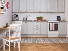Lantligt kök. Modell: Baron, Färg: Grå   NordDesign Kök New Kitchen, Kitchen Cabinets, Baron, Design, Home Decor, Tips, Decoration Home, Room Decor, Cabinets