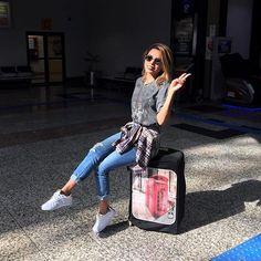 [E cá estou eu no meu destino 🙏 Me achando linda com Hair By @silvanabeauty e com esse tênis lindo e confortável @sraschmidtloja e acessórios @dolcevitaaju ❤ Acompanhe no #instavideos e #snapchat] #shoes #lookoftheday #aerolook #style #instafashion #instablogger #fashionblogger #love #blognoemysuzana