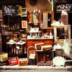 El Rastro es el mercado al aire libre mas famoso de todo lo Espana. Solamente esta abrir en los domigos.