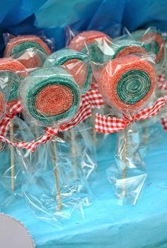 LOS DETALLES DE BEA: Primera Comunión de Javier Candy Art, Candy Crafts, Christmas Candy, Christmas Treats, Candy Kabobs, Cupcake Stand Wedding, Edible Bouquets, Candy Flowers, Gum Paste Flowers