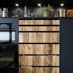 Supermat kjøkken med trefronter | Få inspirasjon til det nye kjøkken Rough Wood, Bespoke Kitchens, Cuisines Design, Liquor Cabinet, House Design, Storage, Furniture, Modern Living, Home Decor