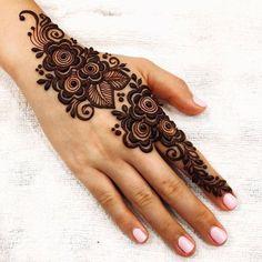 50 Most beautiful Varanasi Mehndi Design (Varanasi Henna Design) that you can apply on your Beautiful Hands and Body in daily life. Henna Designs Back, Pretty Henna Designs, Modern Henna Designs, Floral Henna Designs, Simple Arabic Mehndi Designs, Henna Tattoo Designs Simple, Beautiful Mehndi Design, Easy Mehndi, Henna Mehndi